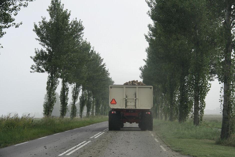 Mistige ochtend en dan ook nog modder op de weg van de boeren..