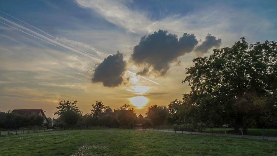 Donkere wolkjes boven de zonsondergang