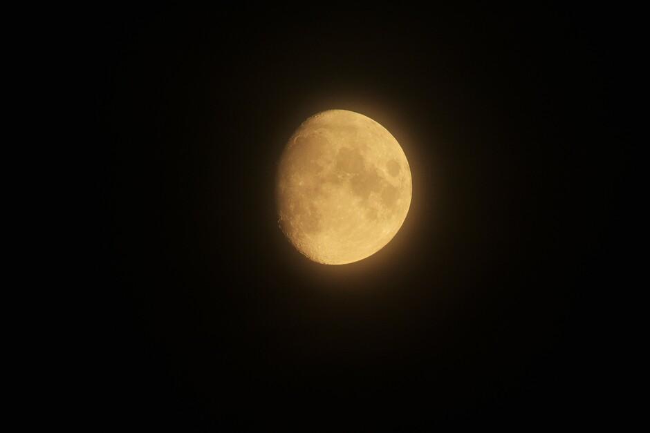 De maan vanavond, wat wazig met een warme kleur