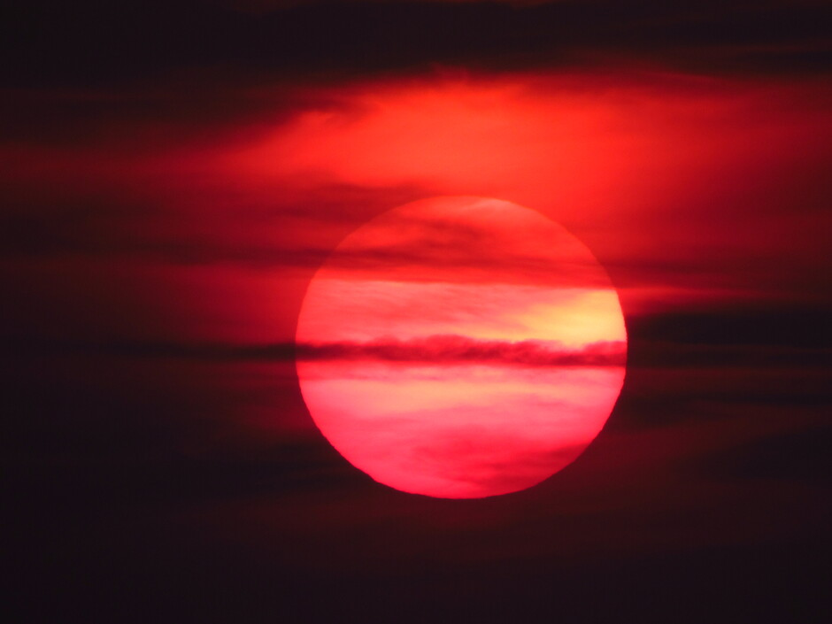 Zonsondergang, een rode bol ging onder