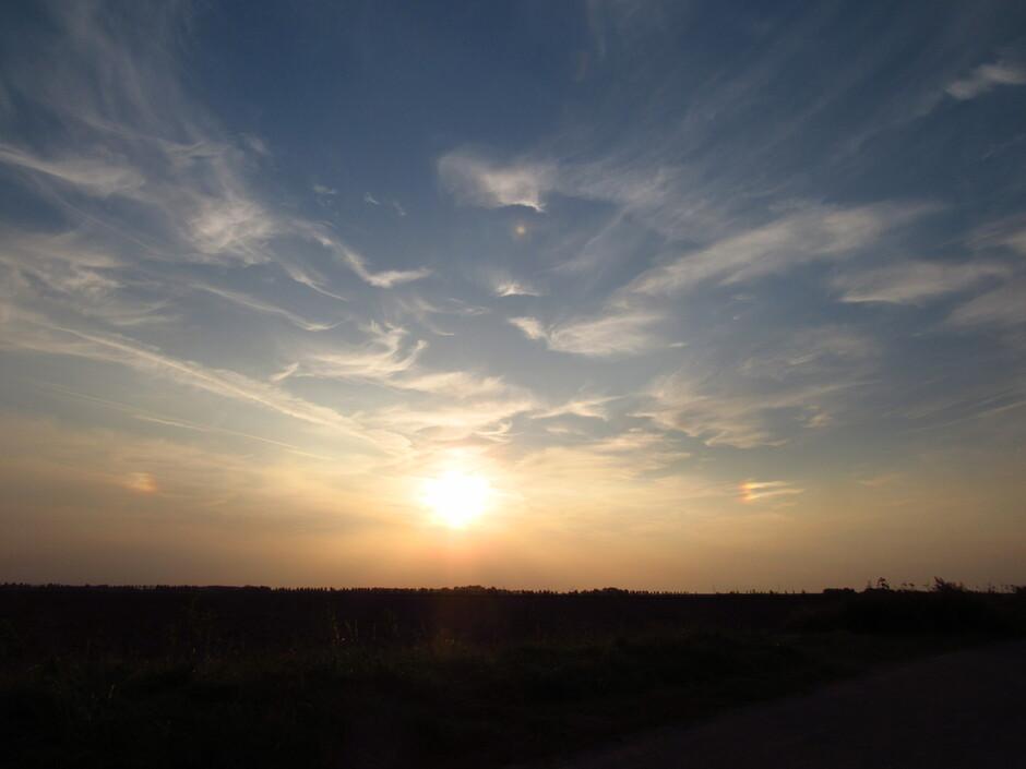 Voor zonsondergang leek het of er 2 bijzonnen waren, maar is dit mogelijk?