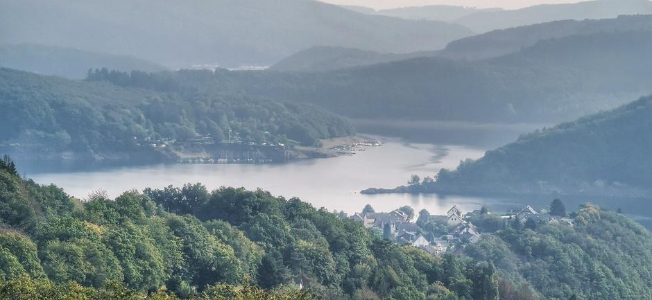 Mist in de heuvels bij de Rursee vanmorgen