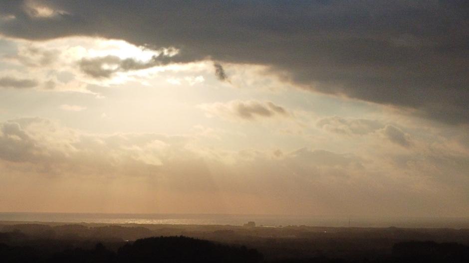 Donkere wolken aan zee bij Bloemendaal
