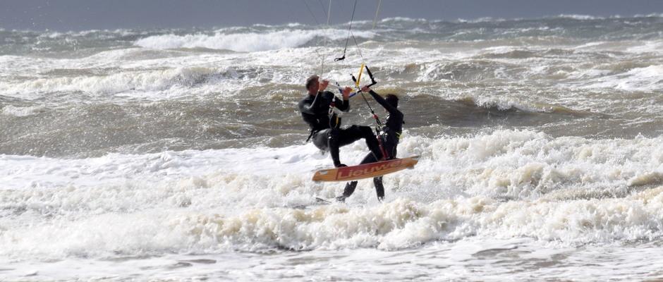 surfers Harde wind aan zee