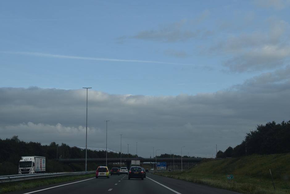 Wolkendek en blauwe lucht